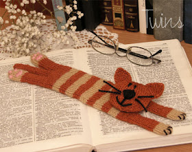 knitted cat, knitted bookmark
