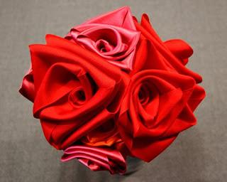 Такую розу из лент можно пришить как украшение на подушки или одежду...