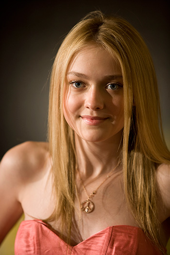 Hollywood Celebrity: Hollywood Hot Actress Dakota Fanning