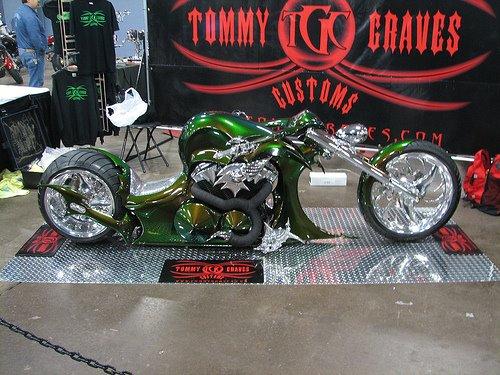 Moto customizada rebaixada verde