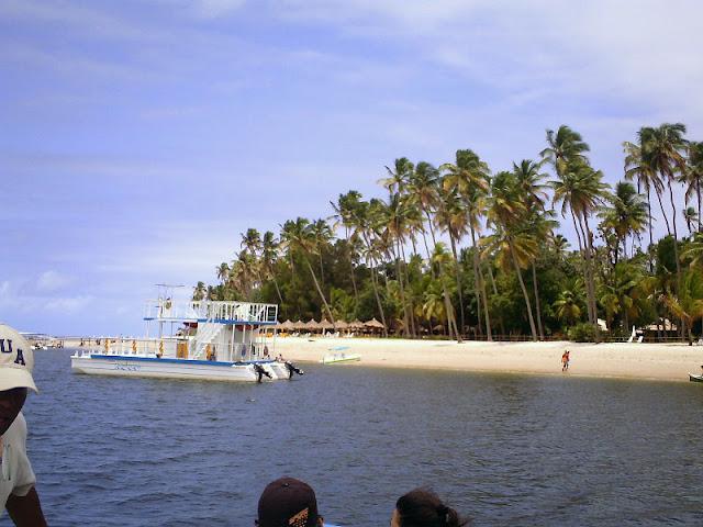 Praia dos Carneiros com catamarã