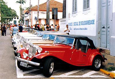 88 MPs no centro histórico de Itu, em abril de 2004. Foi o oitavo passeio anual do Clube MP Lafer Brasil.