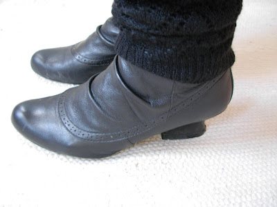 3e0c3c81730 och gammeldags klack. Det är så kul när man hittar lite gammeldags skor,  älskar såna. De ser lite grå ut på bilden för