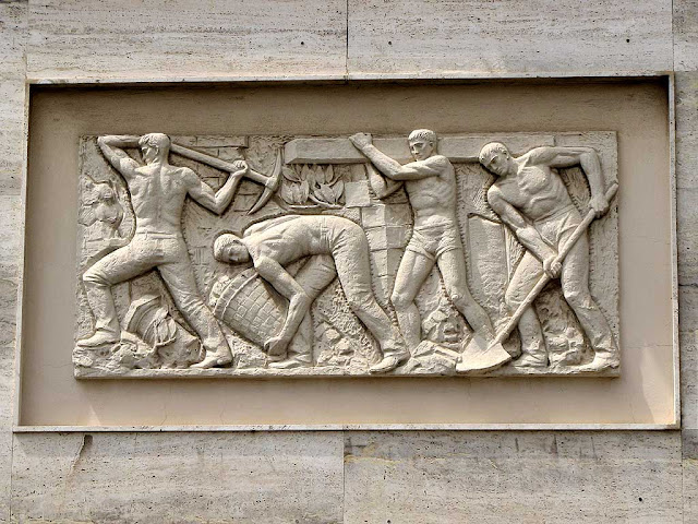 Men at work, bas-relief, Livorno