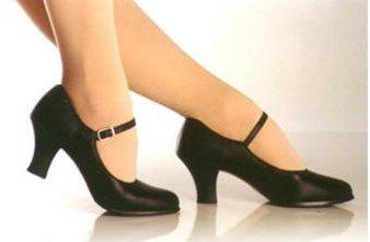 e466ab12bc Escolher corretamente o sapato para a dança de salão é o primeiro passo  para ter bom aproveitamento nas aulas e proteger a saúde de todo o sistema  ...