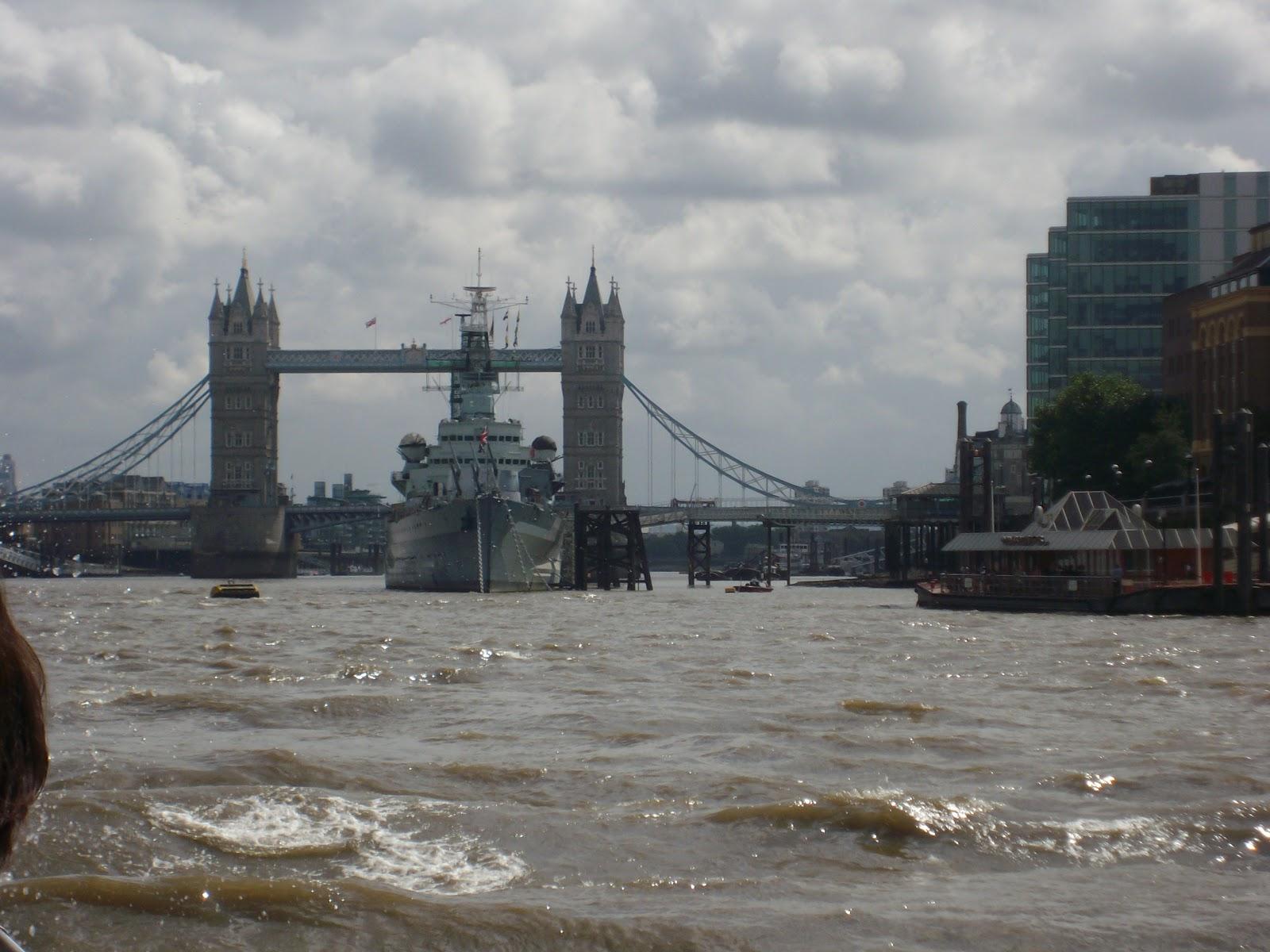 9cdbdc232f Lo si può ammirare da una crocera sul fiume, magari con un battello che  permette di salire e scendere a vostro piacimento, come questo di City  Cruises, ...