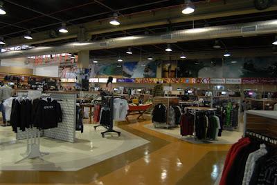 Com uma área de 3.200 metros quadrados (enquanto o convencional de surf  shops é de 100 a 300 metros quadrados) 727f40036b9