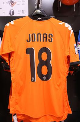 As camisas do Valencia CF com o nome de Jonas bcf276f62a9b9