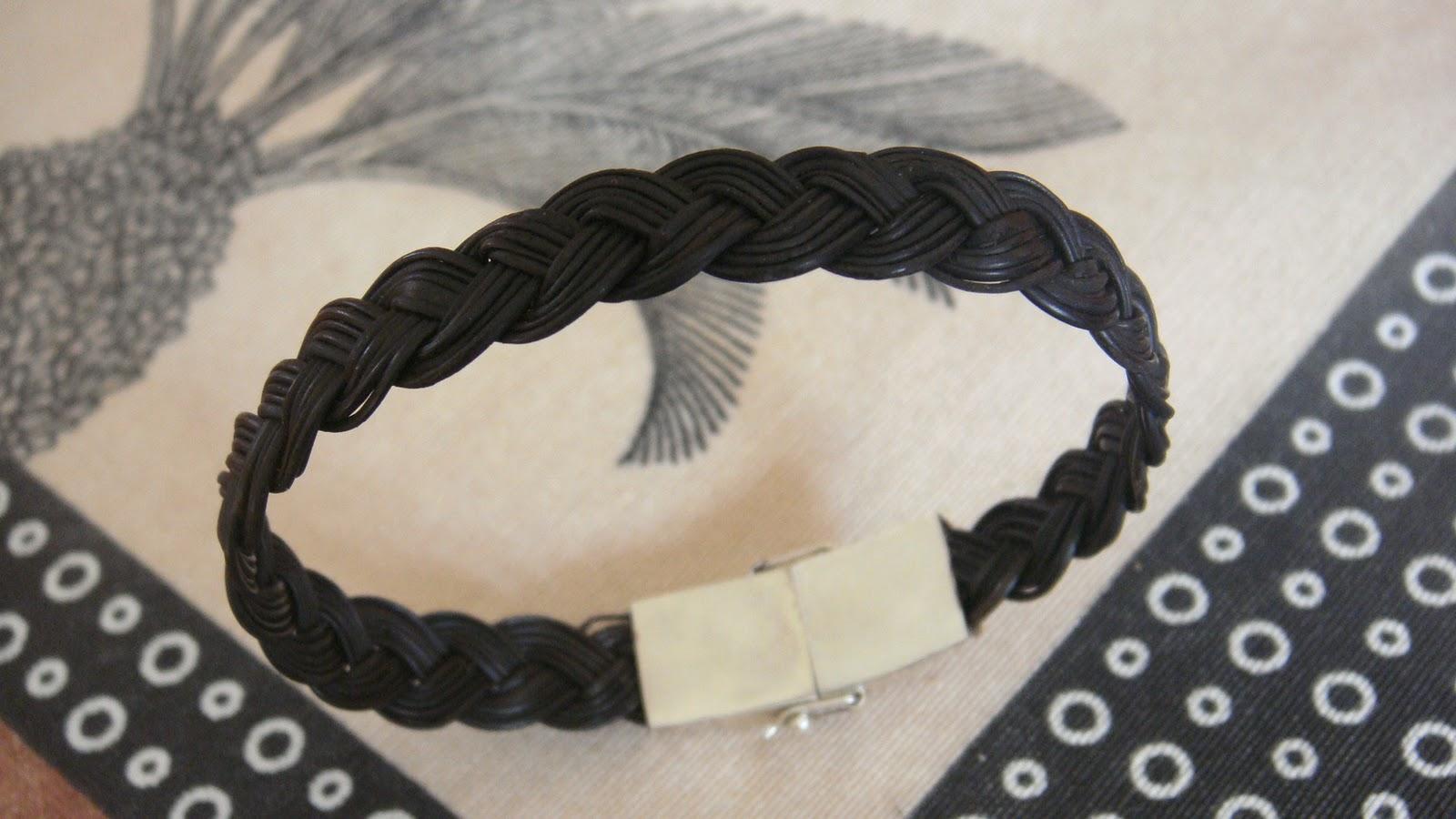 camille et j r my au s n gal les bracelets en poils d. Black Bedroom Furniture Sets. Home Design Ideas