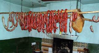 Chorizos y jamones de la matanza