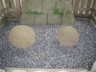御霊神社の手玉石・袂石