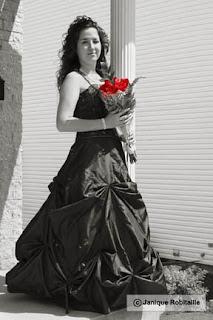 portrait noir et blanc jeune femme en robe de bal