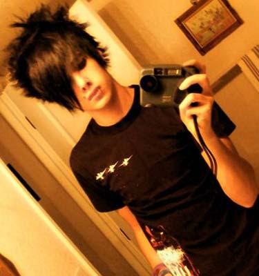 https://i1.wp.com/2.bp.blogspot.com/_D4zhCZoiy-Q/SalWW0h76eI/AAAAAAAAALI/3W08Y7S17Zs/s400/girls-emo-haircut.jpg