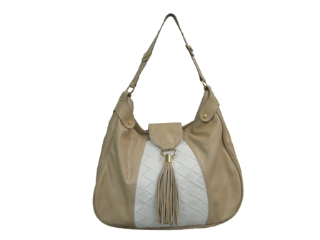 A marca curitibana preparou modelos exclusivos de bolsas femininas para a  rede de lojas feb94445958bd