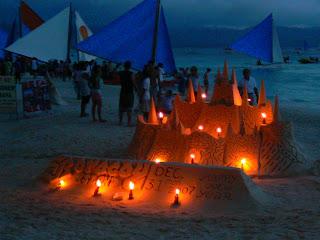 Obiective turistice Filipine: castel de nisip noaptea
