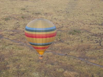 Zburand cu balonul in Kenya