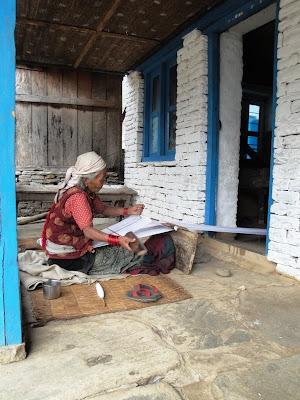 Imagini Nepal: femeie tesand la masina
