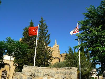 Imagini Cipru de Nord: steagul Turciei si a Republicii Turce a Ciprului de Nord