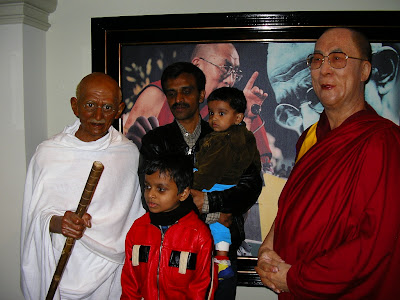 Obiective turistice Olanda: Gandhi si Dalai Lama in Madame Tussaud Amsterdam