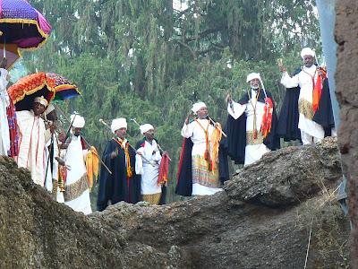Imagini Etiopia: Craciun la Lalibela Beta Maryam, preoti dansand