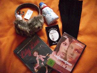 Foto von Geschenken und dem Buch Die wunderbare Welt der Lily Lux