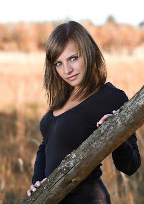 Frauenportrait - junge Frau mit braunen Haaren und blauen Augen