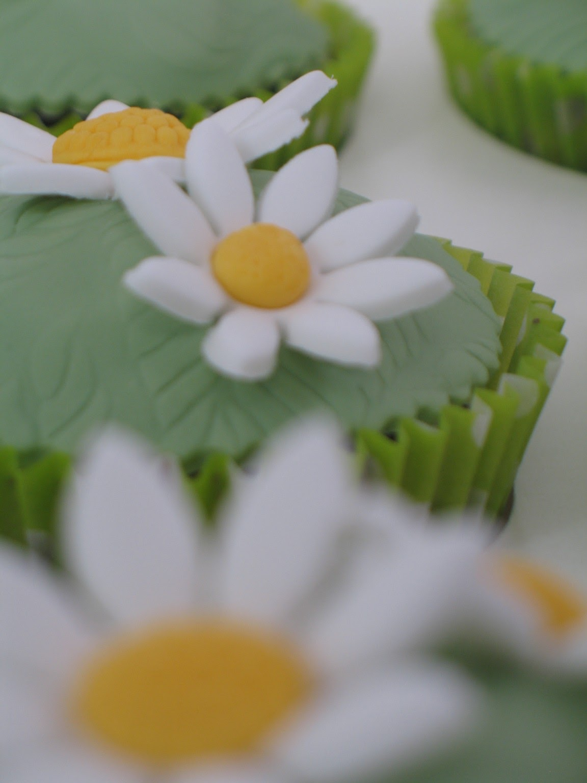 Blissfully Sweet Daisy Cupcakes For A Mothers Day Treat