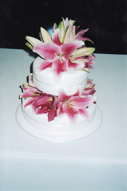 decorate a wedding cake with fresh flowers wedding cake enchantress how do i decorate a wedding cake 13374