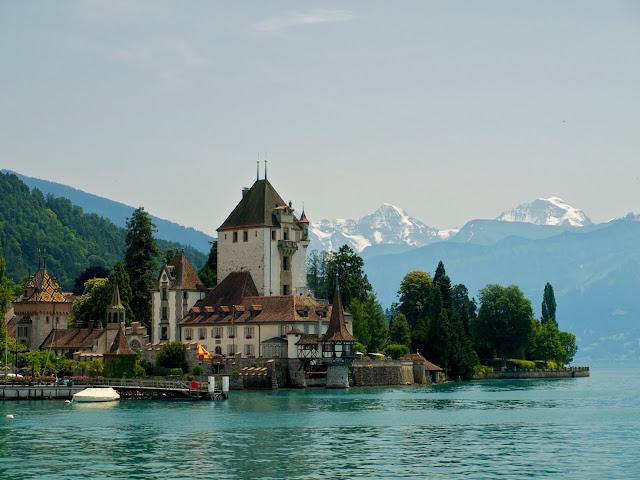 Vista del Castillo de Oberhofen junto al lago de Thun en Suiza