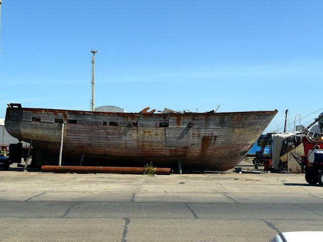 Barcos viejo fuera del agua en puerto.