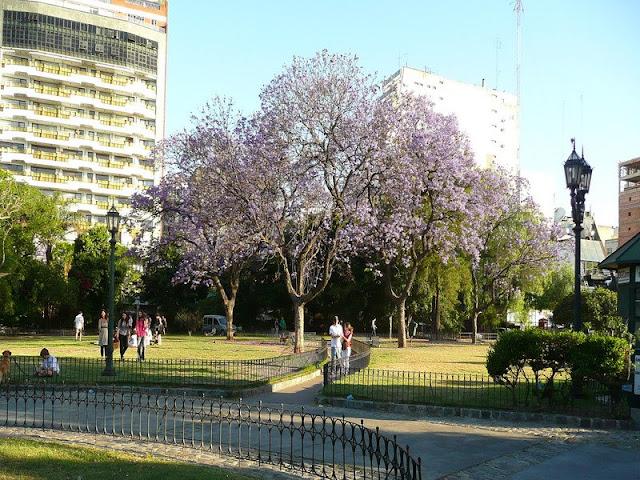 Gente disfrutando del paseo de la Recoleta,Buenos Aires