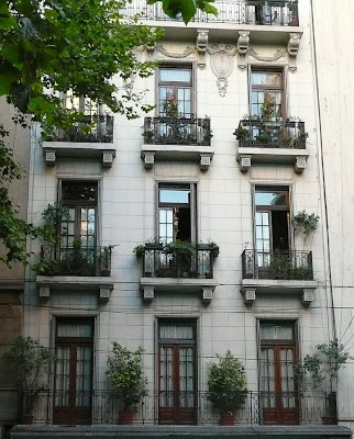 Ventanas de un edificio antiguo en Buenos Aires