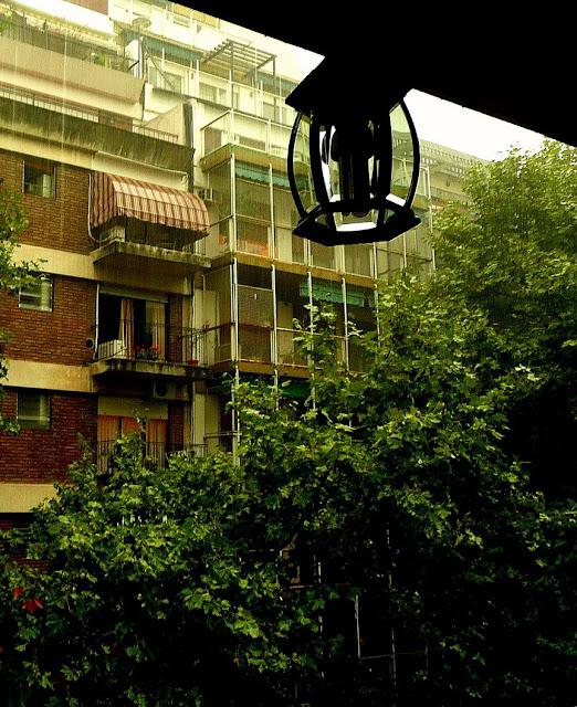 Farol de un balcon en tarde de lluvía
