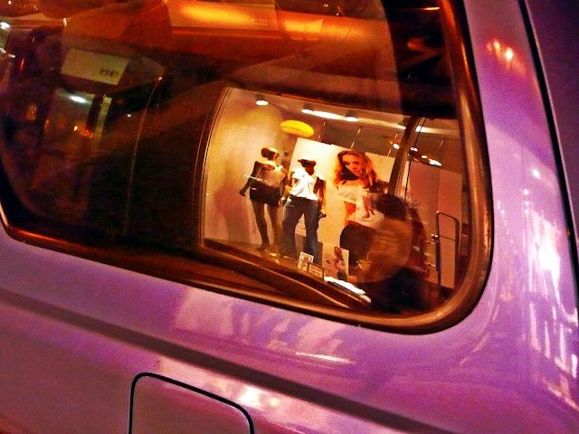Imagen reflejada en la ventanilla de un auto.