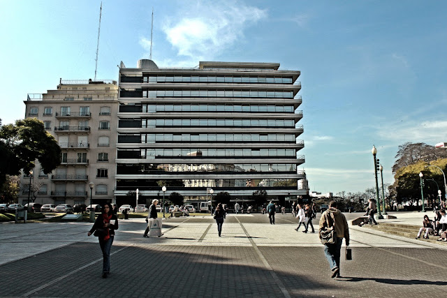 Paisaje urbano,vereda de la laza San Martín con gente transitando.