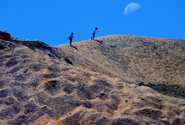 Paisaje con arena y luna