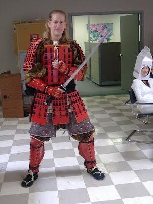 Disfraz casero de samurai hecho con cartn
