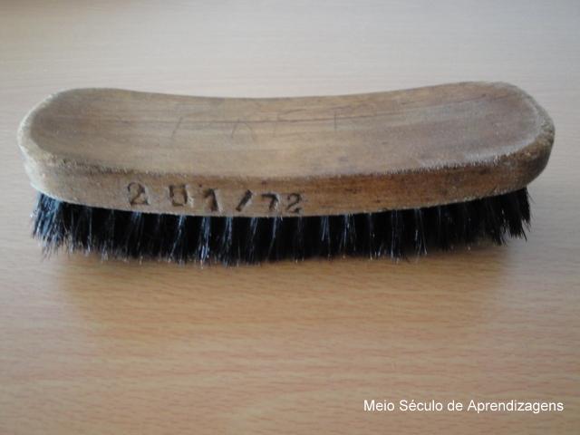 Esta escova já engraxa calçado há 40 anos o que atesta a qualidade dos  artigos que eram produzidos na Cordoaria Nacional. 650f1a2ea8e35