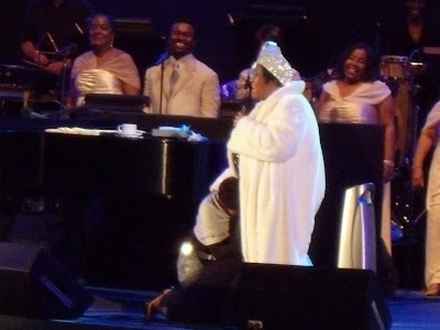 Halle Berry bows to Aretha Franklin at Hollywood Bowl Jun 09