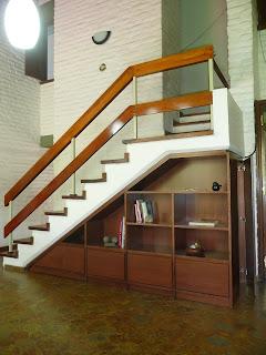 Carpinteria el gallo biblioteca bajo escalera con puerta - Puertas de escalera ...
