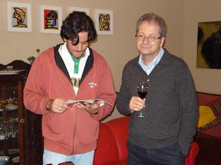 359240473 Tarik Costa e Aldo Fantelli entretidos com o catálogo da última  apresentação de Ige nos Estados Unidos.