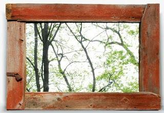 Un par de porta retratos con madera vieja.
