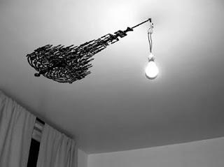 Un concepto muy interesante un simple foco reflejando un candelabro.