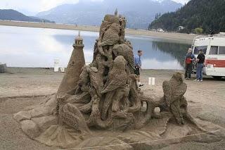 escultura de buhos en arena