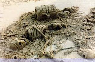 arte en arena, esculturas en arena, cofre y esqueletos de piratas en arena