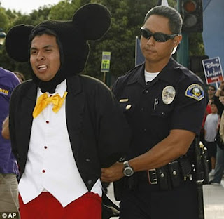 Mickey mouse es arrestado