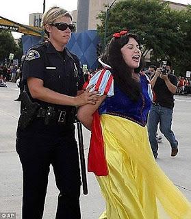 Blanca Nieves es arrestada