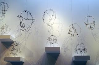 Alexander Calder escultura rostros alambre