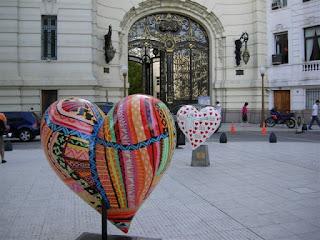 Esculturas con corazones en las calles
