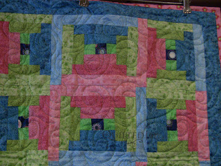 Bright courthouse steps with Spin edge to edge quilting by Angela Huffman - QuiltedJoy.com